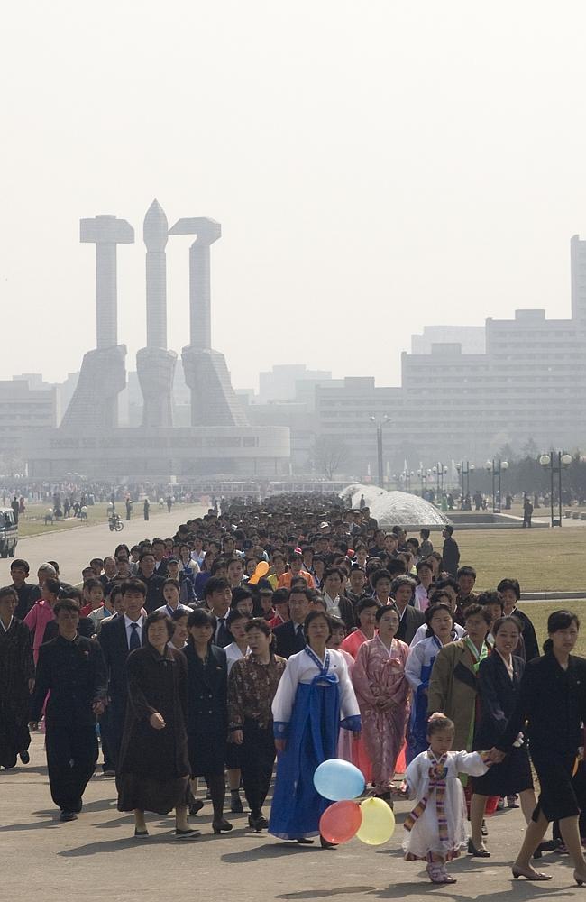 Vatandaşların eski dikdatör Kim Jong-il adına düzenlenen Kimjongilia festivaline katılmaları zorunlu.
