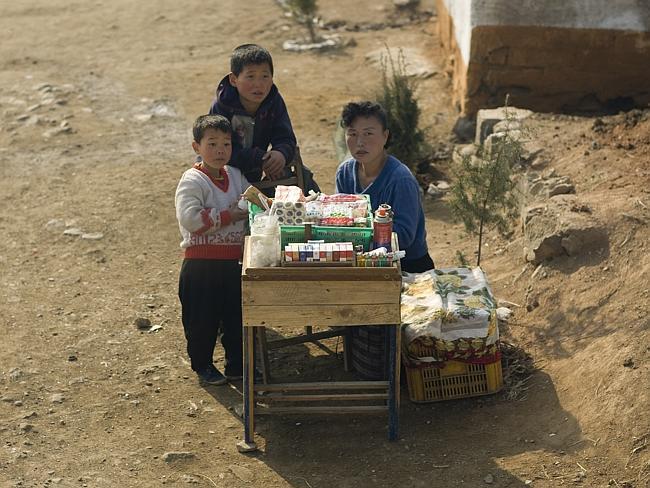 Sigara ve şeker satan küçük işportacılar sokaklarda görülebiliyor