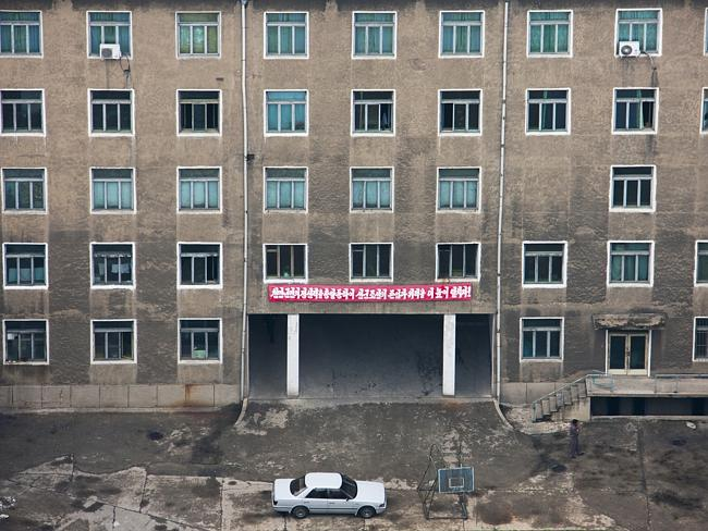 Yetkililer binaların dış görünüşlerini düzeltmeye çalışıyor ama ne kadar uğraşsalar da yine de kasvetli görünüyor
