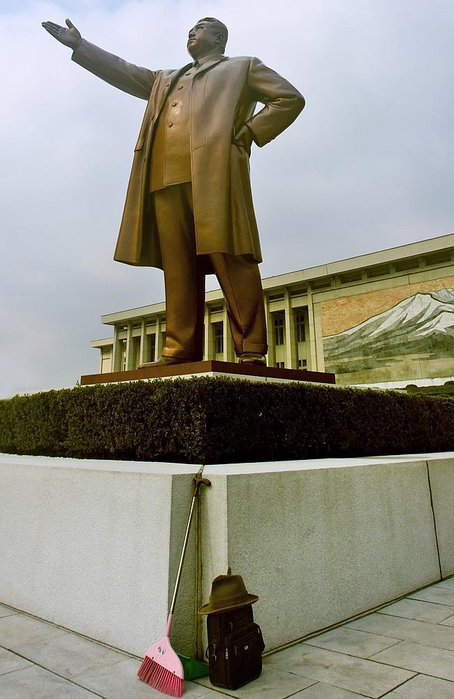 Süpürgelerin heykellere dayanacak şekilde bırakılması yasak