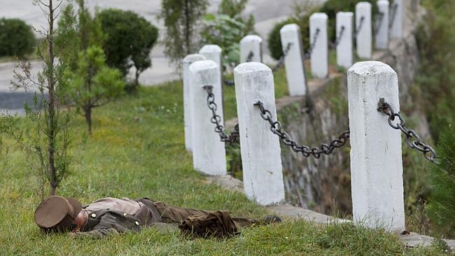 Kamu'ya açık yerde uyuyan asker imajı Kuzey Kore'nin yine en nefret ettiği görüntülerden biri