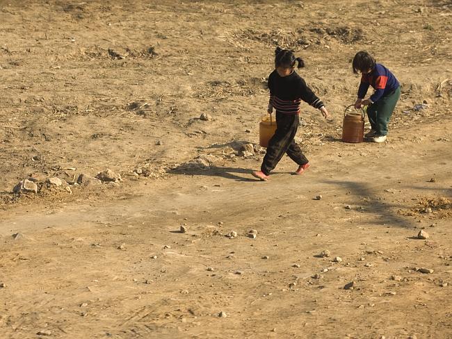 Çocuklar sokaklarda işe yarar eşyaları toplayarak çalışıyorlar. Fakirliği temsil eden her fotoğraf yasak.