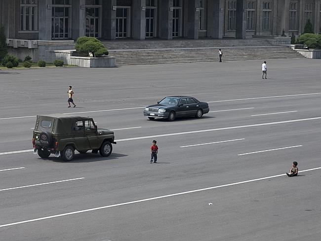 Arabalar ülkeye daha yeni yeni giriş yapıyor. Çocuklar otoyollarda oynuyor.